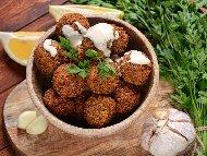 Фалафели (пържени нахутени кюфтенца) с таханов сос